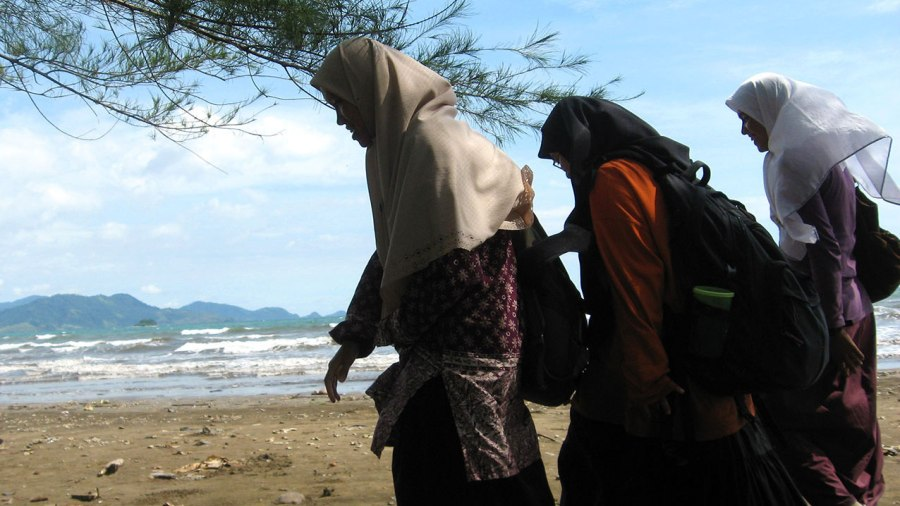 Minang-girls-on-beach.jpg